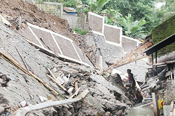 BELUM DIPERBAIKI: Warga bersama petugas dari Setukpa Lemdikpol mulai memperbaiki tebing longsor di daerah Kopeng Kaler RT 2/7 Kelurahan Karamat, Kecamatan Gununguyuh, Kota Sukabumi, kemarin. Foto:ikbal/radarsukabumi.