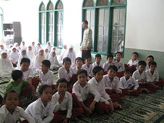 DIBINA: Siswa MI Cibatu Kecamatan Cisaat mengikuti kegiatan keagamaan.