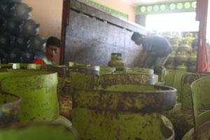 DISTRIBUSI LAMBAT: Sejumlah pekerja sedang menurunkan tabung elpiji 3 kg dari truk. Foto : Widi/RADAR SUKABUMI