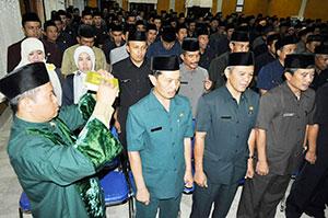 DISUMPAH: Ribuan perangkat PNS di lingkungan Pemkab Sukabumi diambil sumpah jabatan. foto: perli rizal/radarsukabumi
