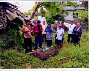 PEDULI : Sejumlah pejabat Dinas Koperasi, Perindustrian dan Perdagangan (Diskoperindag) Kabupaten Sukabumi berdoa sebelum melakukan peletakan batu pertama pembangunan rumah staf dinas yang memiliki masa pengabdian terlama. wahyu radar