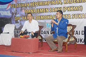 PEMATERI:Calon Walikota Sukabumi M Muraz (kiri) menjadi pemateri dalam pembekalan saksi Partai Demokrat di Jalan Lingsel, akhir pekan lalu. IKBAL/RADARSUKABUMI