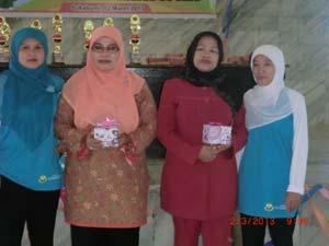 .Panitia foto bersama pengawas RA dan Ketua PD IGRA Kota Sukabumi, Esih Sukaesih.