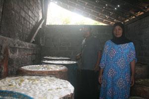 TAK ADA MODAL : Seorang pengrajin tengah mengolah manisan di tempat miliknya belum lama ini.