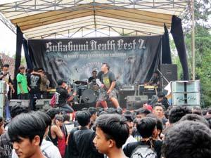 BERGEMURUH : Sejumlah personil band peserta Sukabumi Death Festival (SDF) unjuk gigi di depan penggila musik Underground di Desa Cibentang, Kecamatan Gunungguruh kemarin.