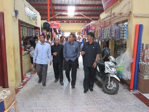 PELAJARI PASAR : Sejumlah perwakilan Pemprov Jambi memantau lokasi Pasar Semi Modern Cisaat kemarin.