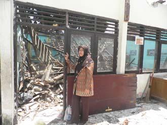 HARUS SEGERA DIBANGUN KEMBALI : Kepala SDN Cisaat Eha Julaeha saat mengecek bangunan PKG yang roboh, beberapa waktu lalu.(FOTO:ALI/RADARSUKABUMI).