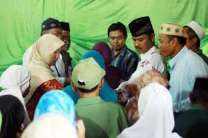 AGENDA RUTIN : Kades Nanggerang, Ade Daryadi di antara acara penyerahan santunan bagi anak yatim dan jompo di Desa Nanggerang, kemarin.