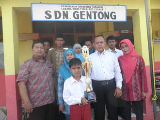 MEMBANGGAKAN: Dani diapit oleh Kepala Sekolah SDN Gentong, pembimbing