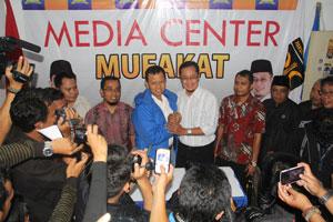 KETERANGAN PEMENANG: Walikota dan Wakil Walikota Sukabumi Terpilih, M Muraz dan Achmad Fahmi memberikan keterangan kepada wartawan usai kepastian pasangan Mufakat di Sekretariat DPD PKS Kota Sukabumi. ikbal/radarsukabumi