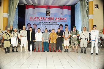 SILATURAHMI : Jajaran pengurus DPD PKS Kota Sukabumi foto bersama dengan komunitas ontel saat kegiatan silaturahmi akbar di Gedung Juang'45, kemarin.