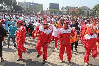 BERBAUR:Wakil Walikota Sukabumi, Achmad Fahmi dan sejumlah pejabat lainnya berbaur dengan warga Senam Goyang Cesar dalam rangka peringatan Haornas di Lapangan Merdeka, kemarin. ikbal/radarsukabumi