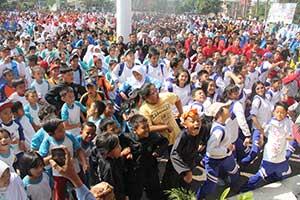 BERBAUR:Ribuan warga Senam Goyang Cesar dalam rangka peringatan Haornas di Lapangan Merdeka, kemarin. ikbal/radarsukabumi