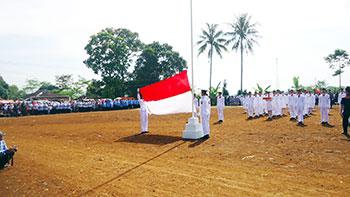 BERKIBAR: Para Paskibra SMKN 1 Bojonggenteng Kecamatan Bojonggenteng Kabupaten Sukabumi saat mengibarkan bendera merah putih di lapang. foto: IST