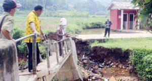 Sungai Meluap, Jembatan Penghubung Dua Desa Ambruk
