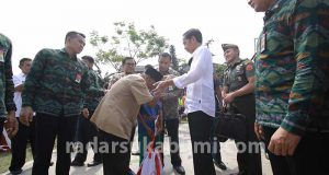 Presiden Jokowi Bagikan Enam Truk Sembako di Sukabumi