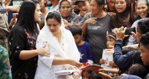 Jokowi Bagikan Enam Truk Sembako