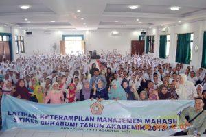 Foto bersama 300x200 - 288 Mahasiswa Baru Ikut LKMM