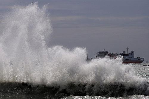 GELOMBANG TINGGI - Gelombang hingga 4 Meter, Pemudik Naik Kapal Laut Harus Hati-hati