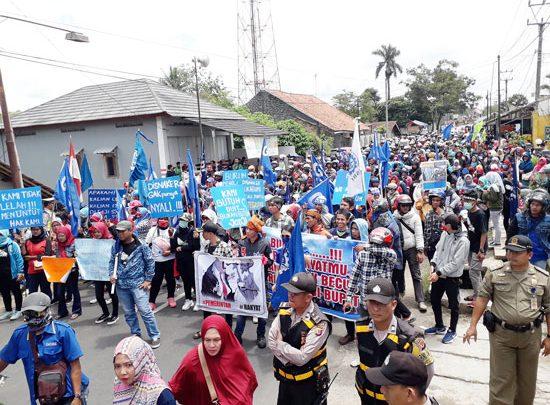 demo buruh di Kabupaten Suk 550x405 - Buruh Tuntut Pemberlakuan UMSK