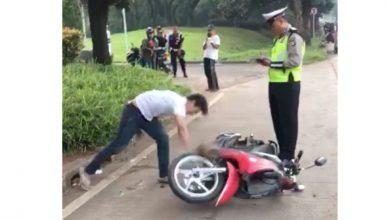 pria banting motor serpong 390x220 - Memalukan! Pria Banting Motor Dihujani Hujatan