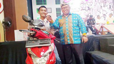 Marwan Hamami Hadiah Motor 390x220 - Jawab Pertanyaan Bupati, Siswa Jampang Diberi Hadiah Motor