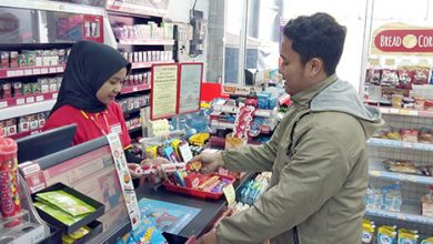 mini market saat melayani konsumen 390x220 - Upah Sektoral Diberlakukan Tahun Ini