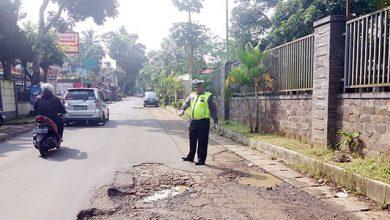 Jalan Rusak Sukabumi 390x220 - Lima Titik Jalan Rusak