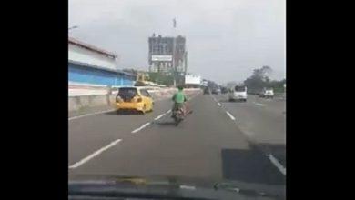 pemotor masuk tol 390x220 - VIDEO: Aksi Nekat Pengendara Motor Gak Pakai Helm Terobos Tol Jagorawi