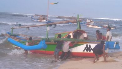 nelayan ujung genteng 390x220 - Cuaca Buruk, Nelayan Ujung Genteng Sukabumi Setop Melaut