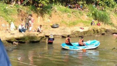 proses pencarian bocah tenggelam di kali siliwung oleh anggota tagana foto pojoksatu 390x220 - Tenggelam di Sungai Ciliwung, Bocah Ini Ditemukan Tewas