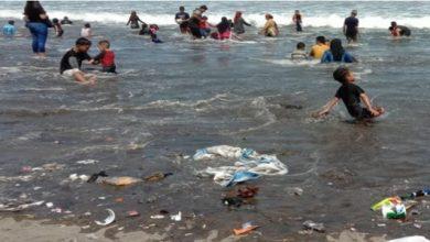 """sampah di pantai sukabumi 390x220 - Pantai Sukabumi """"Rusak"""" Akibat Sampah para Wisatawan"""