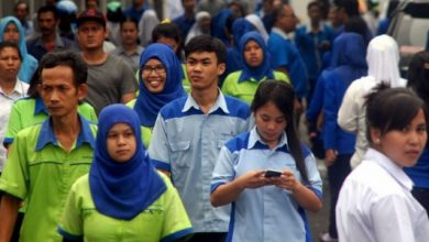 buruh pabrik 390x220 - Jangan Terlena! Puluhan Pabrik di Sukabumi Juga Bisa Gulung Tikar