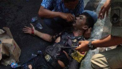 Polisi Terbakar 390x220 - Tiga Polisi Terbakar, 15 Massa Aksi Diamankan, Ini Fakta dan Videonya