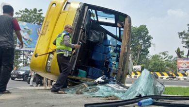 bus kuning cianjur 390x220 - Detik-detik Bus Kuning Terguling di Tikungan Tapal Kuda, Ada Videonya