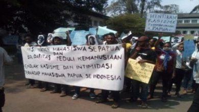 demo papua gedung sate 390x220 - Kepung Gedung Sate, Mahasiswa Papua: Jokowi Bohong!