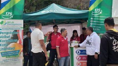 Bupati ke stand BPJSTK 390x220 - BPJS Ketenagakerjaan Meriahkan Hari UMKM Nasional di Sukabumi
