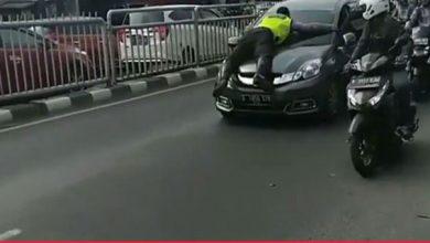 Polisi terseret mobil 390x220 - Sopir Mobilio Nangis dan Minta Maaf pada Polisi Tengkurap di Kap Mobil