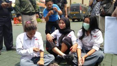 Tiga Siswi Cantik Ditangkap 390x220 - Ingin Demo ke Jakarta, Tiga Siswi Cantik Ditangkap Polisi