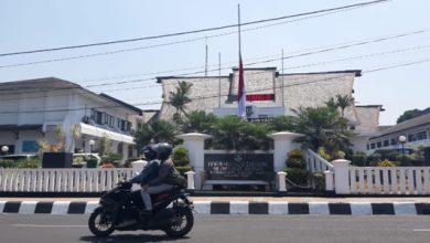 bendera setengah tiang bj habibie 390x220 - BJ Habibie Wafat, Pemkot Sukabumi Kibarkan Bendera Setengah Tiang