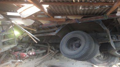 truk hantam bengkel 390x220 - Detik-detik Truk Seruduk Bengkel di Palabuhanratu, Pemilik Sempat Melongo