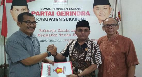 Ade Dasep Zaenal Abidin mengambil formulir pendaftaran - Giliran Ade Dasep Ambil Formulir Balonwabup 2020