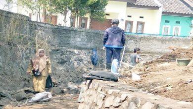 Kelurahan Baros Pembangunan TPT di RW 16 390x220 - Realisasikan Dua Bimtek, Pengadaan 18 Gerobak Sampah, dan TPT