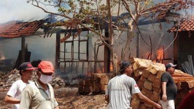 kebakaran gudang kayu cirebon 390x220 - Kebakaran Landa Gudang Kayu di Desa Waru Kawung