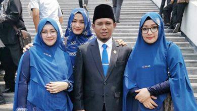 lora fadil 1 390x220 - Dilantik, Lora Fadil Boyong 3 Istri Cantik ke DPR
