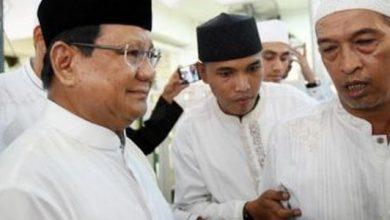 prabowo salat 390x220 - Salat Jumat di Kemenhan, Prabowo Disambut Teriakan 'Presiden'