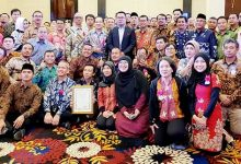 Aqua Ridwan Kamil2 220x150 - Tujuh Pabrik Danone AQUA Raih Penghargaan Gubernur Jabar