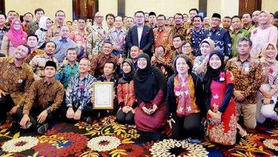 Aqua Ridwan Kamil2 390x220 - Tujuh Pabrik Danone AQUA Raih Penghargaan Gubernur Jabar