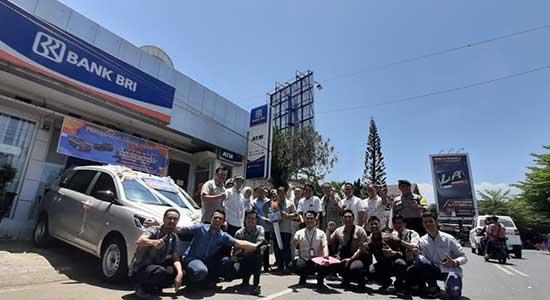 BRI menyerahkan hadiah mobil All New Ertiga kepada pemenang PHS - BRI Cibadak Serahkan Mobil Ertiga ke Nasabah Unit Citepus