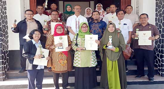 Dida Sembada berfoto bersama sekolah juara LSS tingkat Kota Sukabumi 2019 - LSS Lahirkan Generasi Sehat
